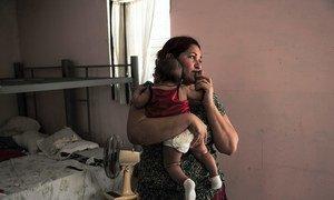 Una refugiada hondureña junto a su pequeña de cuatro meses en un albergue de México. La ola de refugiados y niños migrantes desde Centroamérica a Estados Unidos no para, a pesar de los peligros del viaje.
