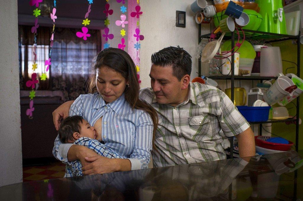 Sandra y su marido Deyvi dan de mamar a su bebé de nueve meses, Danilo, que nació con la enfermedad del Zika y microencefalia, en la cocina de su casa en Ciudad de Guatemala