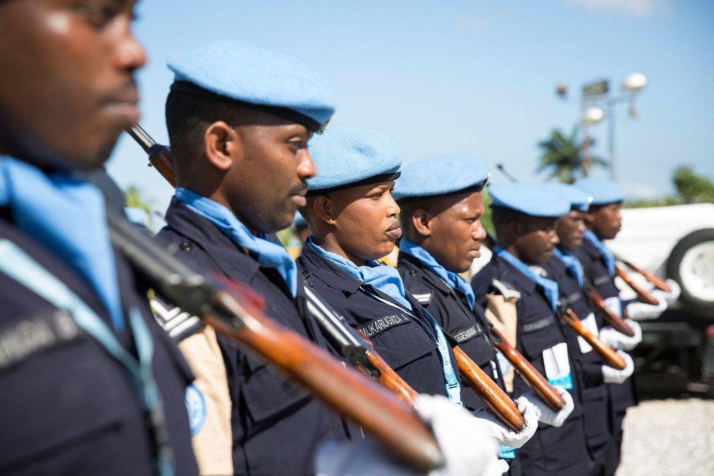 Des membres de l'Unité de police constituée rwandaise de la Mission des Nations Unies pour l'appui à la justice en Haïti (MINUJUSTH) lors de la visite en février 2018 à Jérémie de la Sous-secrétaire générale de l'ONU, Bintou Keita (archives).