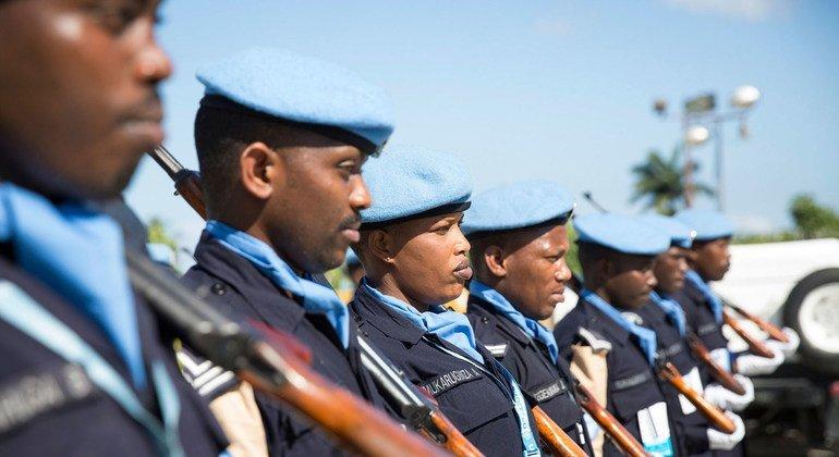 Los miembros de la Unidad de Policía Formada de Rwanda de la Misión de la ONU en Haití durante la visita en febrero de 2018 de Jeremie de Bintou Keita, el Subsecretario General de Operaciones de Mantenimiento de la Paz.