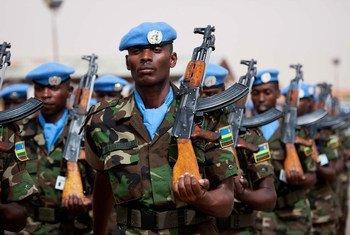 在2012年纪念联合国维和人员国际日期间,卢旺达维和人员在法希尔达尔富尔混合行动总部检阅部队。