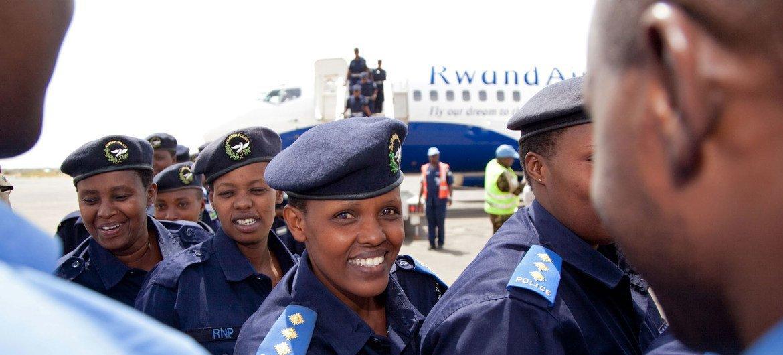 Llegada de 89 mujeres policías ruandesas e la región sudanesa de Darfur en octubre de 2010 para servir en UNAMID.