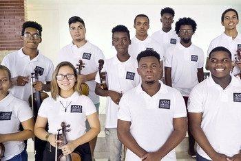 Orquestra Camerata Jovem, do Brasil, onde músicos são provenientes de comunidades no Rio de Janeiro.