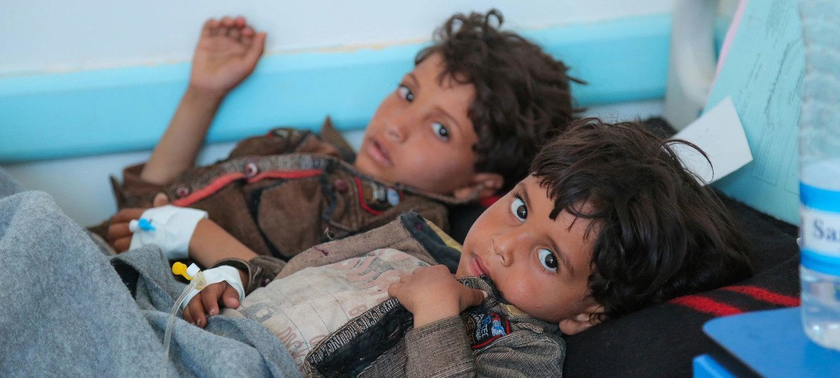 Crianças sendo tratadas para a cólera no Iêmen. Falta de água facilita o disseminar de doenças.