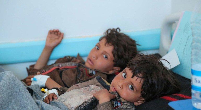 Niños recibiendo tratamiento contra el cólera en Yemen, donde el colapso del sistema de salud ha provocado el peor brote de cólera del mundo
