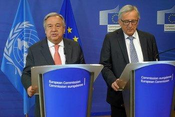 Katibu Mkuu wa UN António Guterres (kushoto) na Jean-Claude Juncker, Rais wa Kamisheni ya Ulaya wakati wa mkutano wao na waandishi wa habari huko Brussles, Ubelgiji.