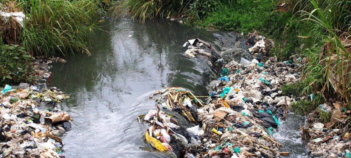 Kiwango kikubwa cha taka ikiwemo plastiki hutupwa katika mto Nairobi upitao kwenye mji mkuu wa Kenya, Nairobi