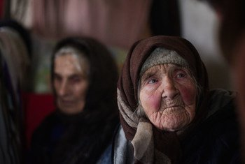 Abandonnés par leurs proches, Katia, 97 ans (à gauche) et Zoia (86 ans), vivent dans une vieille maison privée à Stanytsia Luhanska près de la ligne de contact, Le check point de cette localité est le seul point d'entrée de la province de Luhansk.