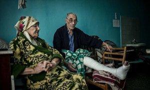 На фото - Сергей и Валентина Волохи на койке в больнице Новолуганской.