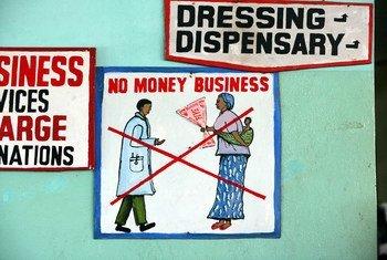 Tangazo nje ya hospitali katika mji mkuu Monrovia,Liberia, ikiwahimiza wagonjwa wasitoe hela kwa madaktari kwa huduma yoyote.