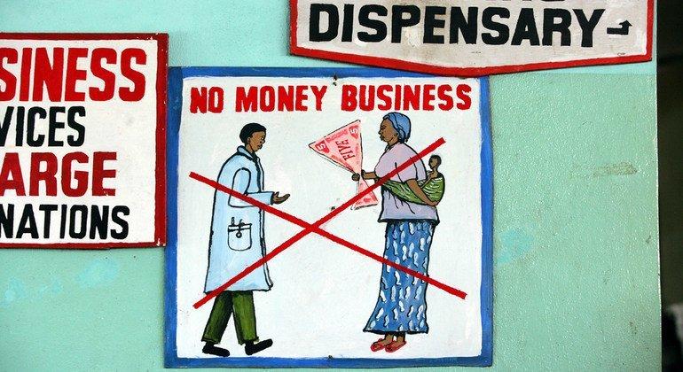 Un cartel en el hospital de la capital de Liberia, Monrovia, urge a los pacientes que no traten de sobornar a los médicos u otros miembros del personal por ningún servicio.