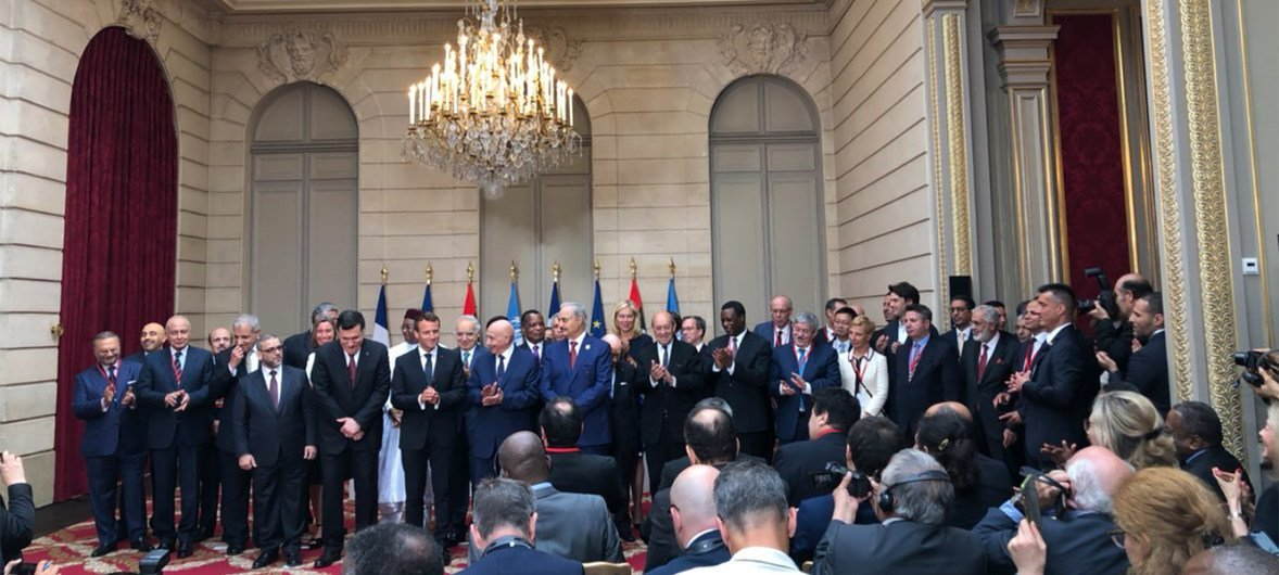 Le Président français Emmanuel Macron (au milieu) entouré de dirigeants libyens lors de la conférence internationale sur la Libye fin mai 2018.