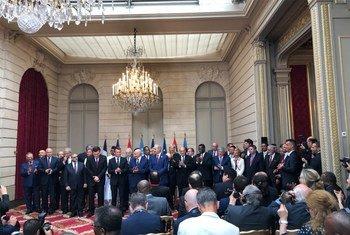 Le président français Emmanuel Macron (au milieu) entouré de dirigeants libyens lors de la Conférence internationale sur la Libye à Paris.