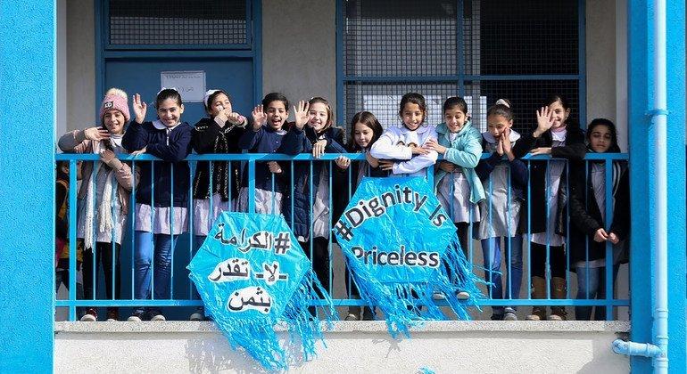 """Niños palestinos celebran el lanzamiento de la campaña """"La dignidad no tiene precio"""" de la UNRWA"""