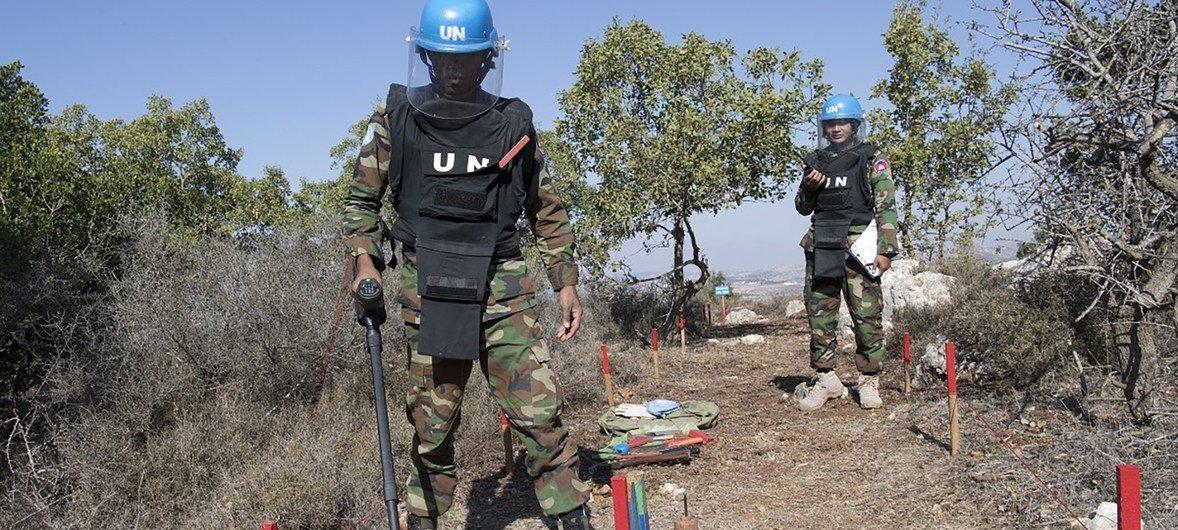 أفراد بعثة اليونيفيل يقومون بنزع الألغام من منطقة بالقرب من رميش.