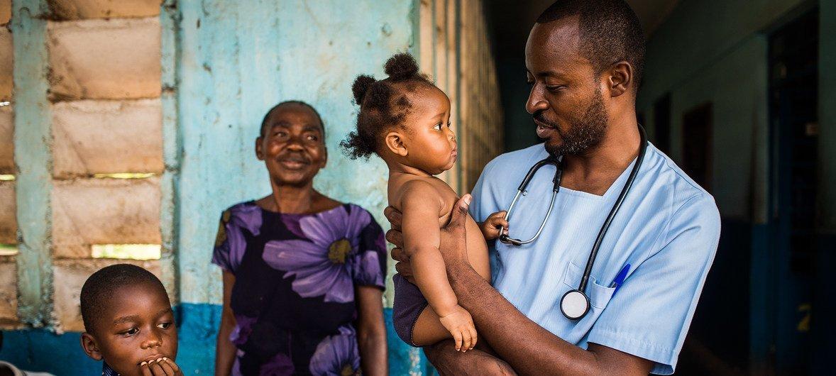 Imagen de archivo de una niña en el hospital de Mbuji-Mayi, en la región de Kasai, en la República Democrática del Congo, donde la situación humanitaria se ha deteriorado dramáticamente en el último año. El país vive ahora un brote de ébola.
