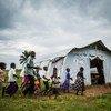 Wanafunzi wakicheza nje ya hema lililogeuzwa kuwa darasa la muda kwenye kijiji cha Mulombela, eneo la Kasai nchini Jamhuri ya kidemokrasia ya Congo, DRC.