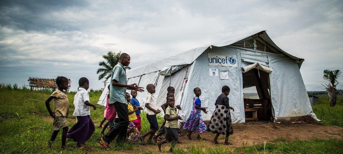 Crianças numa escola na aldeia de Mulombela, no Kassai.