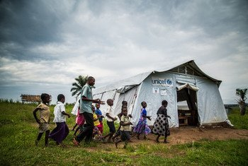 Des enfants vont à l'école dans une tente temporaire dans le village de Mulombela, dans la région du Kasaï, en République démocratique du Congo