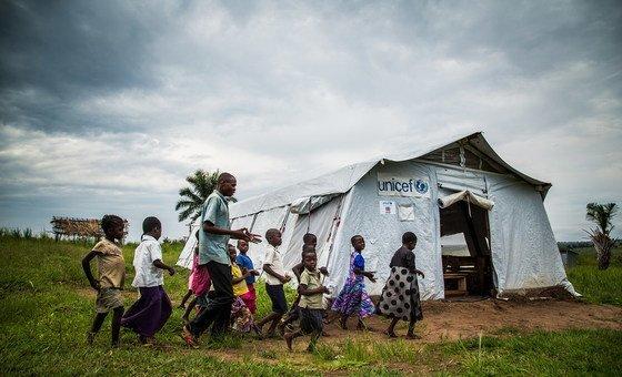 Crianças numa escola na aldeia de Mulombela, no Kassai