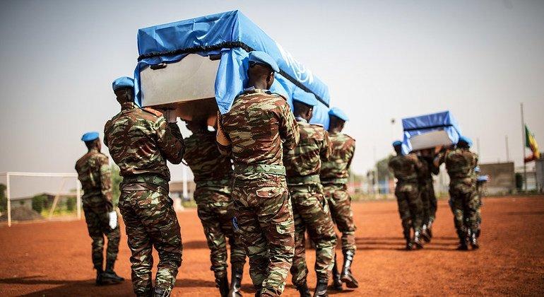 对联合国维和部队实施的恐怖袭击使得马里成为最危险的国家之一。 今年4月,联合国为3名维和士兵举行了追悼仪式,包括2名来自乍得的维和士兵和1名尼日尔维和士兵。他们于 4月5日和6日在该国北部发生的一场袭击中遇害。