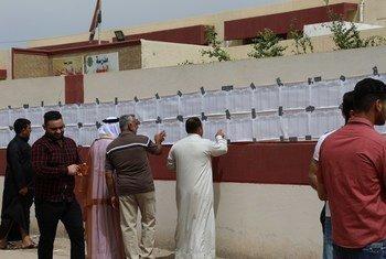ناخبون عراقيون في مركز اقتراع في الفلوجة يشاركون في الانتخابات البرلمانية، الأولى منذ هزيمة تنظيم داعش.