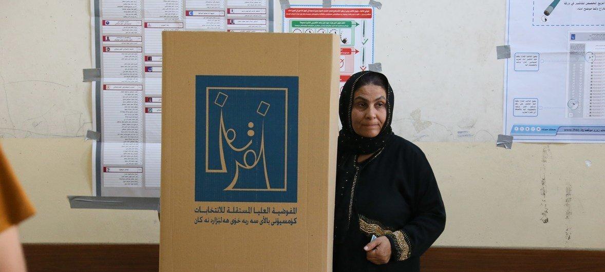 Votante en un colegio electoral de Erbil, en Iraq, durante la jornada electoral de este sábado.