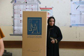 Une électrice dans un bureau de vote à Erbil, dans la région du Kurdistan, en Iraq, le jour du scrutin pour les élections parlementaires, le 12 mai 2018.