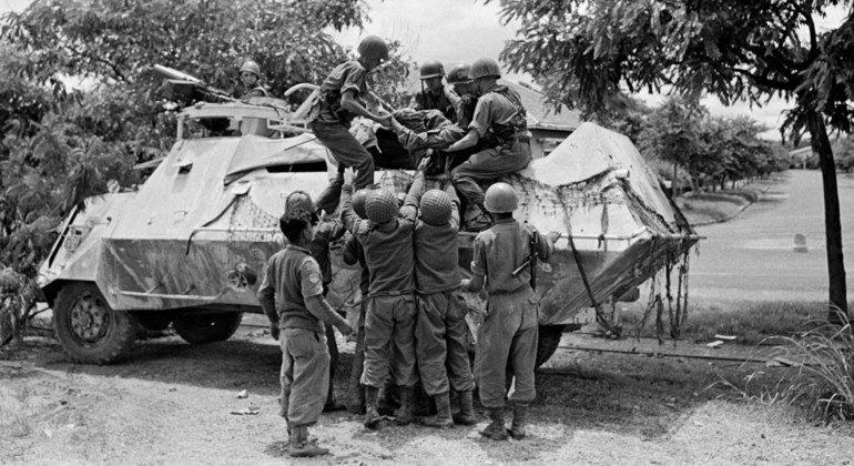 印度特遣队成员帮助一名受伤的印度军官进入装甲车。