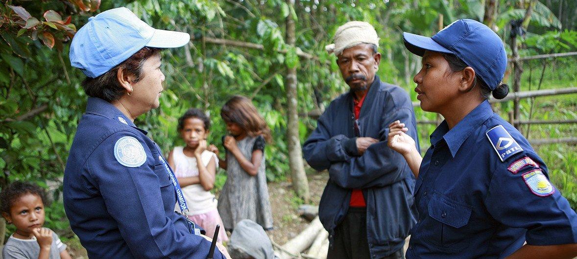 Unpol e policiais timorenses investigam um caso de abuso doméstico