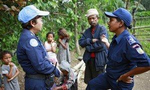 Женщина из полицейского контингента ООН и сотрудница полиции Восточного Тимора за совместным расследованием дела