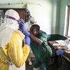 العاملون في القطاع الصحي يفحصون مريضا يشتبه في إصابته بالإيبولا في مستشفى بيكورو بجمهورية الكونغو الديموقراطية