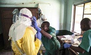 Медики готовятся к осмотру пациента  в больнице в Бикоро, Демократическая Республика Конго