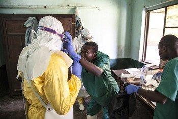 Trabajadores de la salud se preparan para tratar a pacientes de ebola en el hospital de Bikoro en la República Democrática del Congo