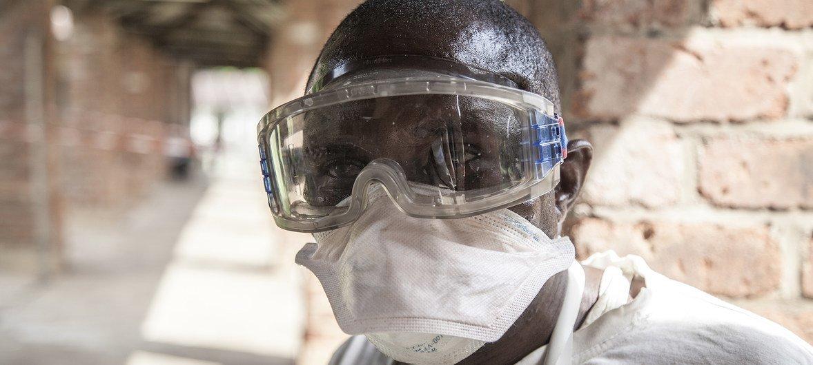 Сотрудник больницы г. Бикоро (ДРК), специализирующийся на лечении Эболы