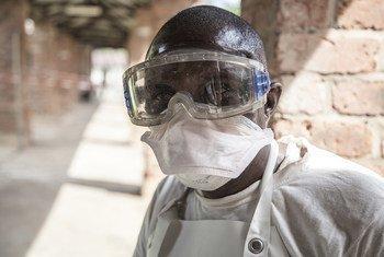 刚果(金)一名抗击埃博拉的健康工作者。
