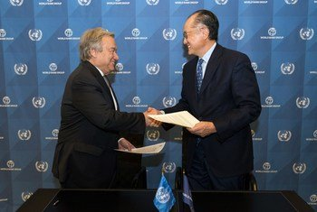 Secretary-General António Guterres (left) and World Bank Group President Jim Yong Kim (right), in Washington, D.C., at the signing a Strategic Partnership Framework (SPF), on joint commitment to cooperate in helping countries implement the 2030 Agenda for Sustainable Development.