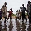 Эти дети в Нигерии, пережившие наводнение, могу заразиться болезнями грязной воды6 холерой, диареей и малярией