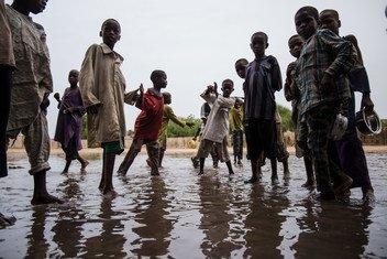 Niños jugando en las calles inundadas de la localidad de Maiduguri, Nigeria.