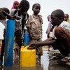 尼日利亚东北部博尔诺州首府迈杜古里(Maiduguri),流离失所的儿童正在水龙头前汲水。
