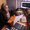 Dentro de un estudio de radio afgano, donde las mujeres alzan la voz en favor de la democracia y los derechos humanos.