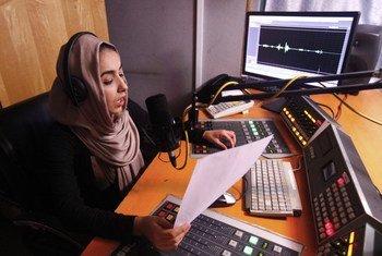 Dentro de uma estação de rádio afegã, onde mulheres pedem por democracia e direitos humanos.