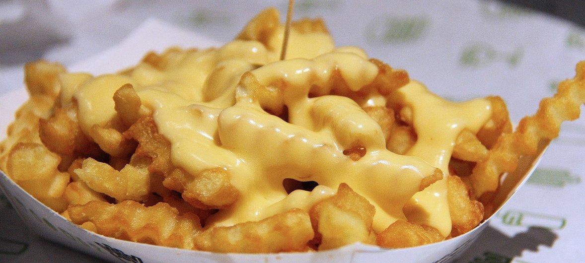 Картофель фри с сыром. По данным ВОЗ, ежегодно от сердечно-сосудистых заболеваний, провоцируемых чрезмерным потреблением транс-жиров, умирают 17 миллионов человек.