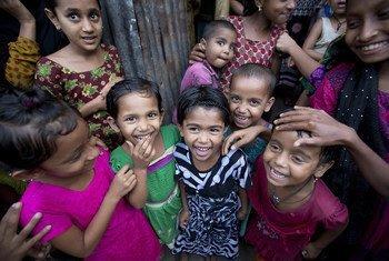Un groupe d'enfants à Matlab, au Bangladesh. La santé a le pouvoir de transformer la vie d'un individu, des familles, des communautés et des nations, a souligné le chef de l'OMS en conclusion de la 71e Assemblée mondiale de la santé à Genève.