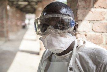 Un agent de santé à l'hôpital de Bikoro, épicentre de la plus récente épidémie d'Ebola en République démocratique du Congo (RDC).