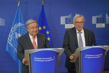 Le Secrétaire général de l'ONU António Guterres (à gauche) et Jean-Claude Juncker, Président de la Commission européenne, lors d'une conférence de presse à Bruxelles.