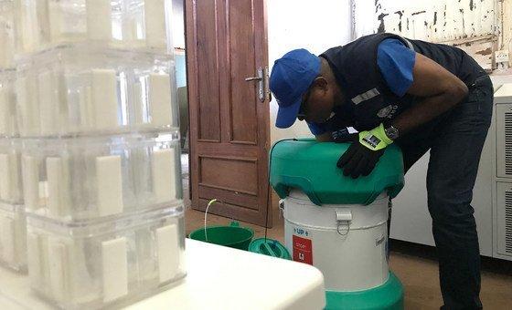 Vacinas são preparadas para uso em Mbandaka.