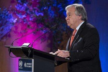 Katibu Mkuu wa UN António Guterres  akihutubia kwenye Chuo Kikuu cha Geneva, wakati akizundua ajenda yake ya kudhibiti kuenea kwa silaha.