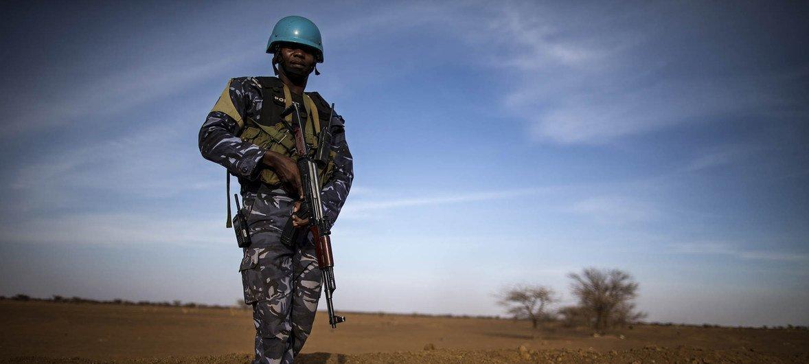 جندي من توغو في بعثة الأمم المتحدة لتحقيق الاستقرار في مالي يقوم بدورية على الأقدام.