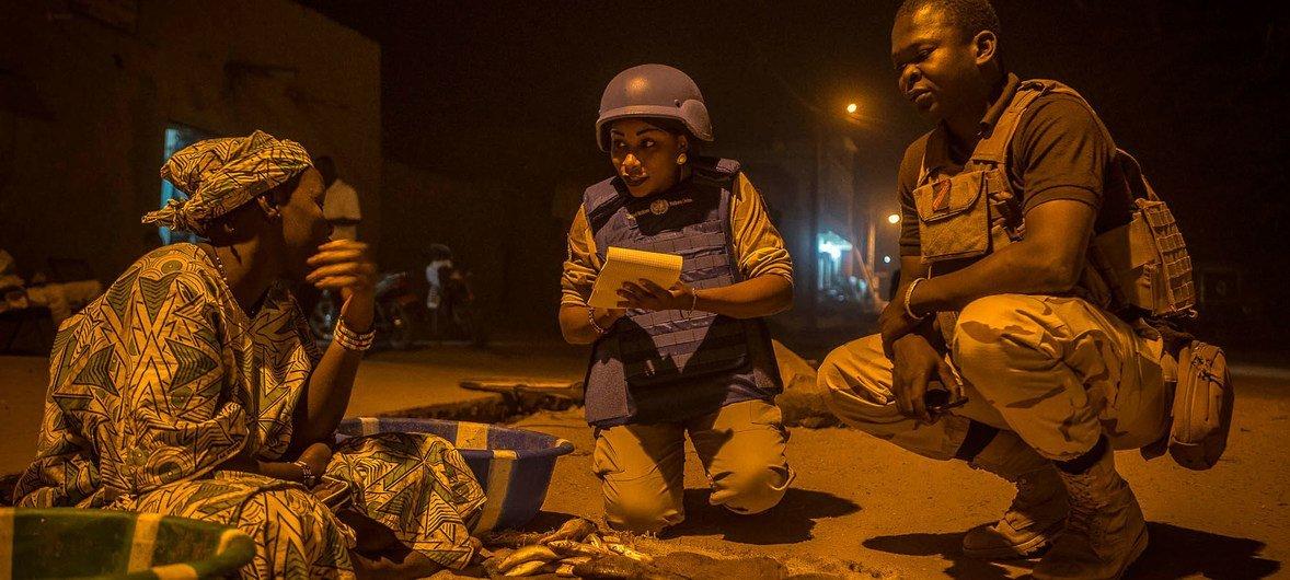 دورية شرطة الأمم المتحدة في تمبكتو، شمال مالي، في عام 2017 تقوم بتأمين سكان المدينة ضد التهديدات الإرهابية والجريمة المنظمة.